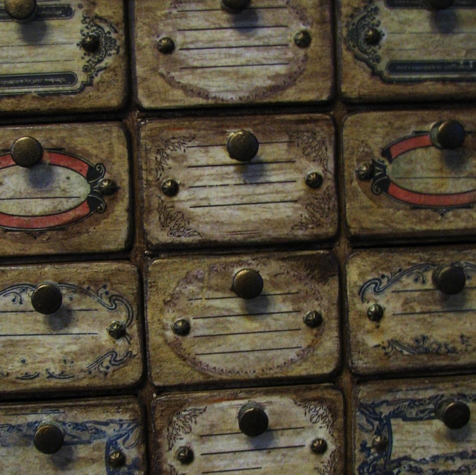 vot-takie-izobrazheniya-poluchayutsya-v-processe-dekupazha-komoda-blagodarya-kartam Декупаж старого шкафа своими руками фото: кухонный мастер-класс, как сделать оформление двери шкафчика