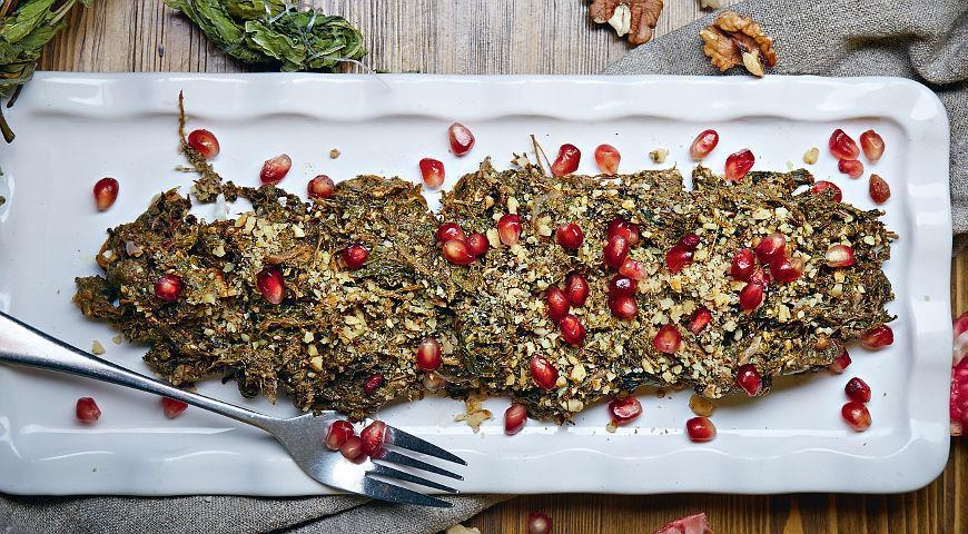 Закуска из конского щавеля, граната и грецких орехов.