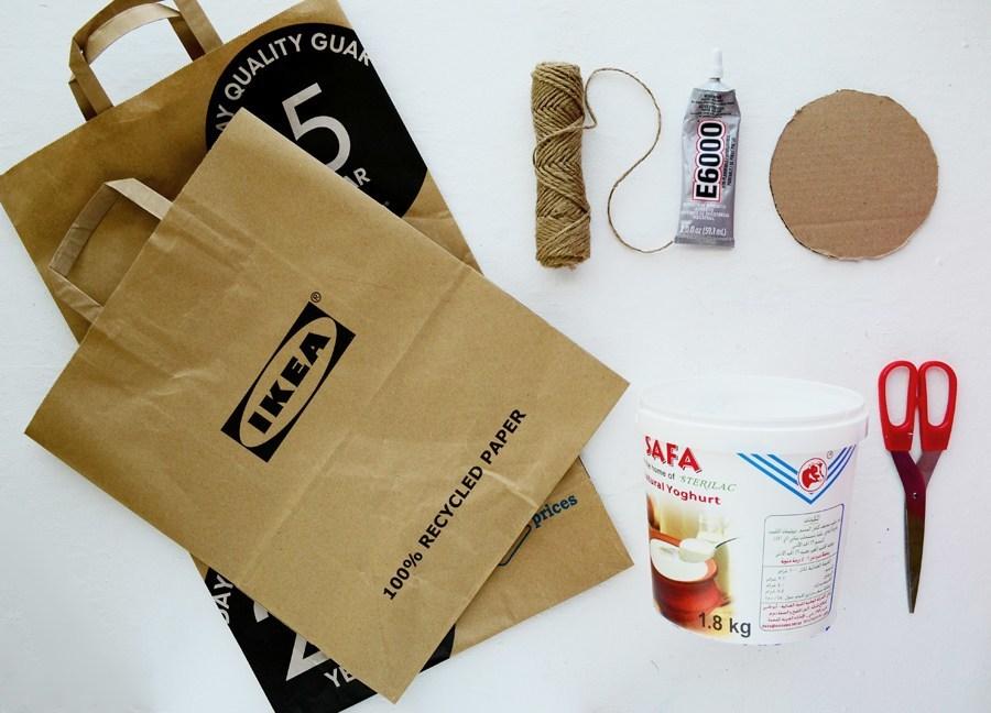 Для кашпо из газеты нужны бумажные пакеты, пластиковая ёмкость, джутовый шпагат, клей, картон, ножницы