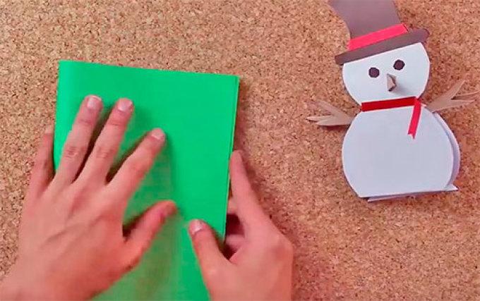 Складываем зеленую цветную бумагу пополам