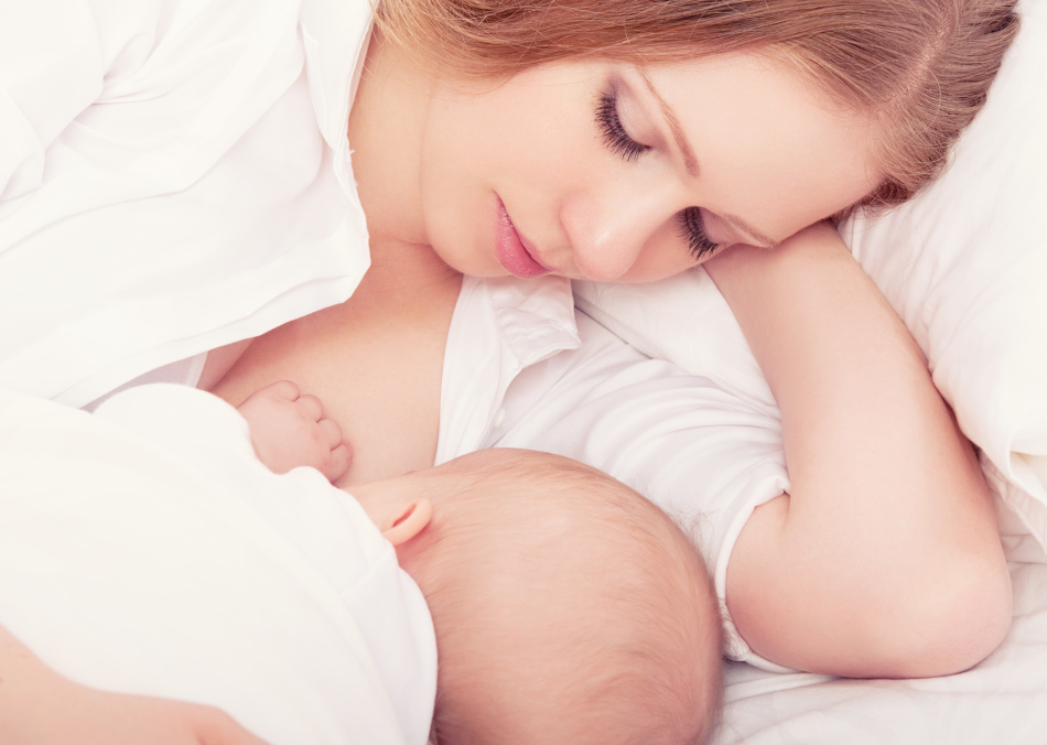Если кормящая мама пьет чай с шиповником, у малыша не будет запоров.