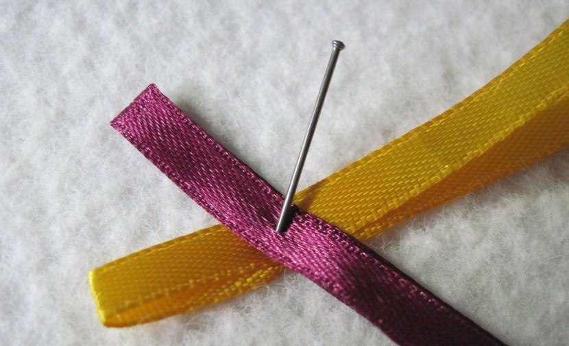 fiksaciya-lent-bulavkoi-v-processe-pleteniya-zakladki Закладка-уголок из бумаги для книг (оригами): как сделать своими руками