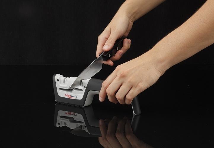 Механической точилкой можно быстро, но только косметически восстановить остроту ножа точить значительно проще, но только в качестве косметической заточки