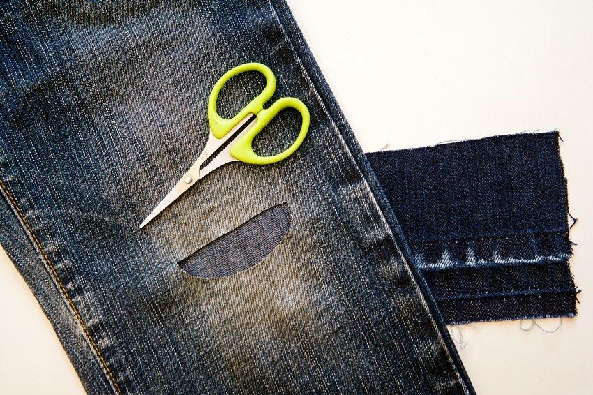 Заплатка пришита с изнаночной стороны джинсов чуть выше колена