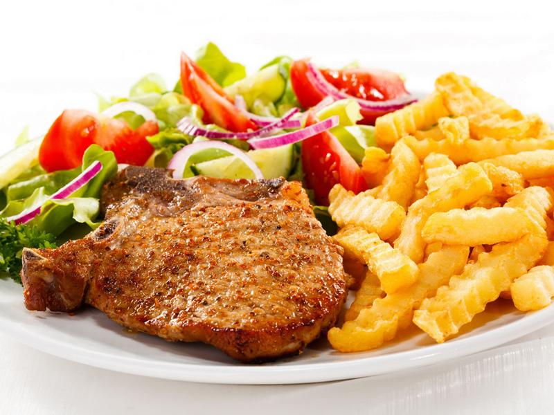 Картофель фри можно подать с мясом, рыбой или салатом