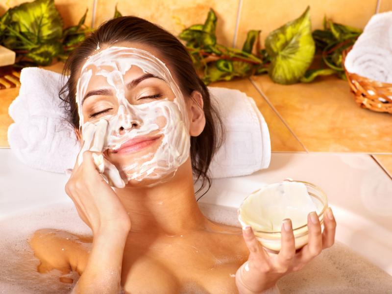 Крем для лица можно сделать самостоятельно, а можно добавлять масло уже в готовую любимую косметику