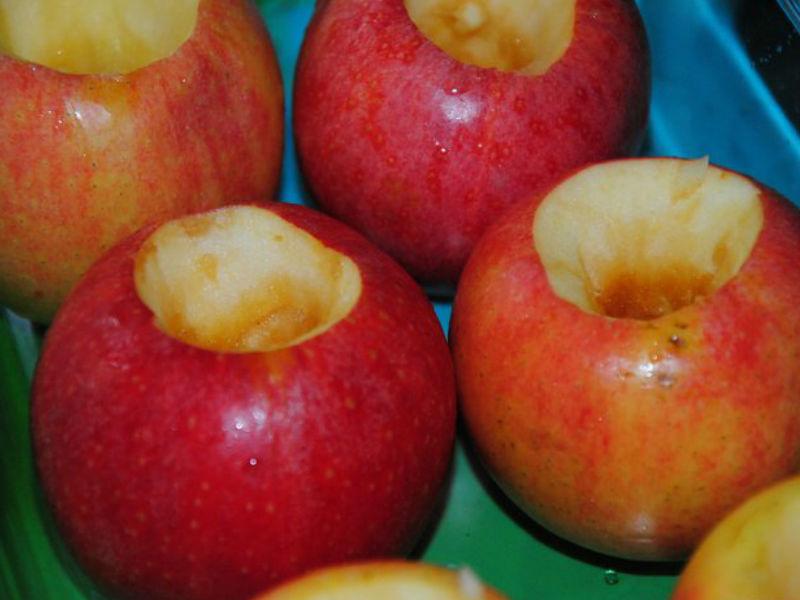 Перед варкой варенья из целых яблок сердцевина из них удаляется