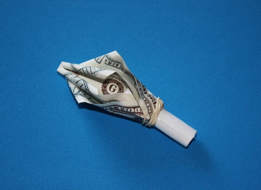 Так крепится банкнота на основание розы из денег
