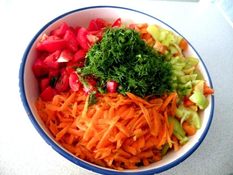 Нарезанные мелко овощи перед варкой приправы на зиму