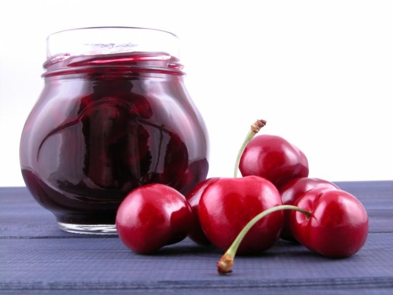Для приготовления вкусного варенья-желе необходима только спелая крупная вишня