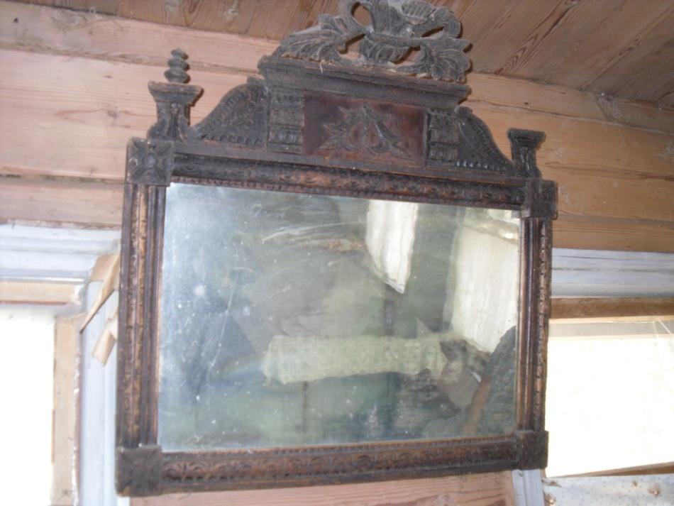 Чтобы не накликать в дом беду, не стоит пользоваться старым зеркалом прежних хозяев
