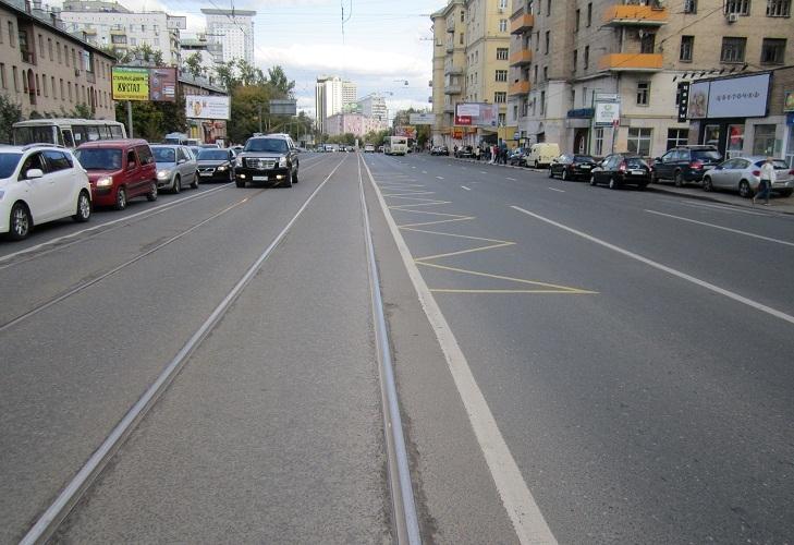 Желтый зигзаг по центру обозначает остановку трамвая