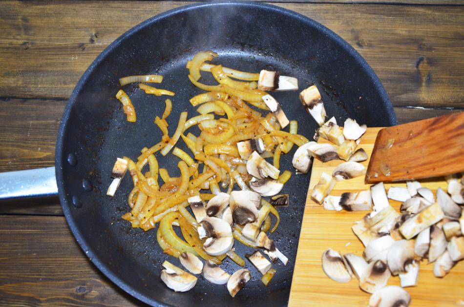 Грибы с луком прожариваются после мяса
