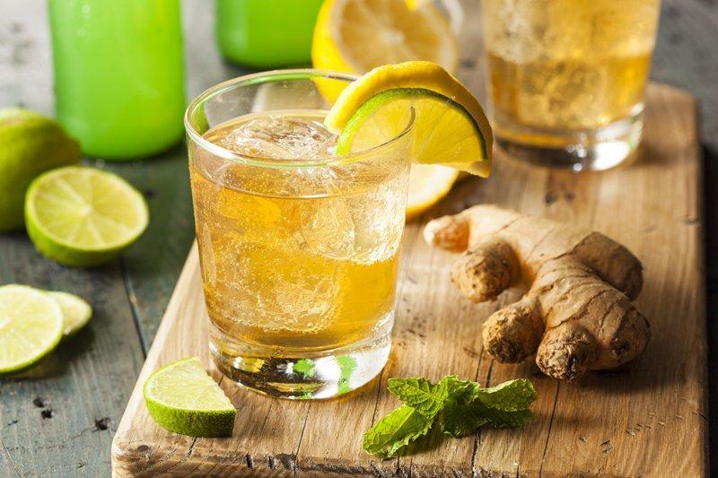 Ингредиенты для детокс коктейля - лимон и имбирь.