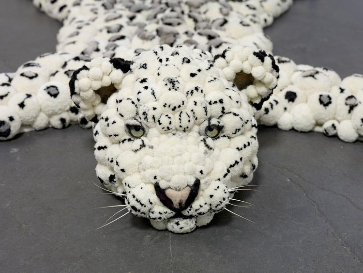 kover-v-vide-leopardovoi-shkuri Коврик из помпонов своими руками с использованием шерстяных ниток и мусорных пакетов. Основа для коврика из помпонов своими руками