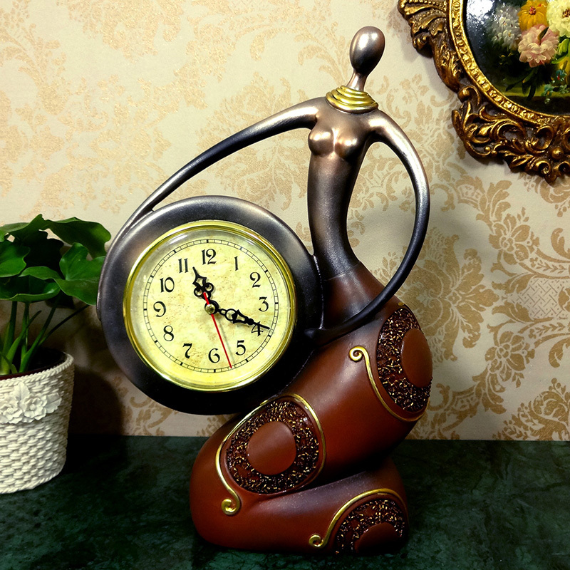 Интересная модель настольных часов в виде статуи девушки - оригинальный подарок для ценителя красоты