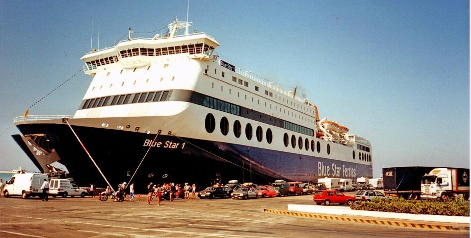 Пассажирский паром в порту бари, апулия, италия