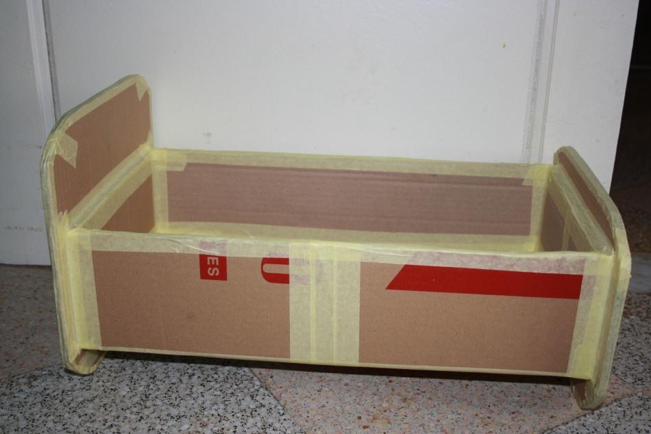 kraya-akkuratno-zadelivayut-skotchem Домик и мебель для кукол своими руками из картона: схема, выкройка, фото. Как сделать кровать, диван, шкаф, стол, стулья, кресло, кухню, холодильник, плиту, коляску для кукол из картона своими руками