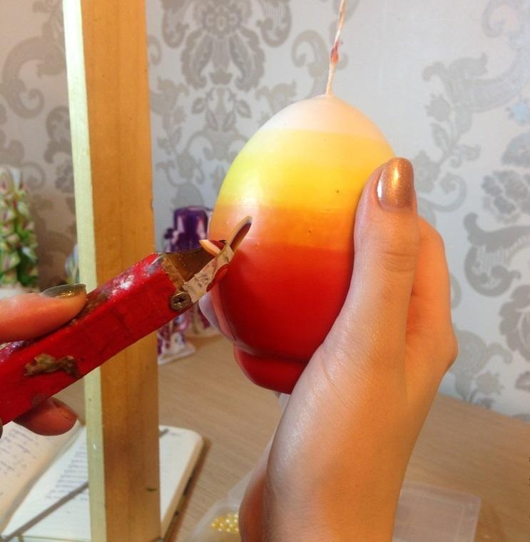 virezanie-uzora-v-sveche Новогодние свечи своими руками