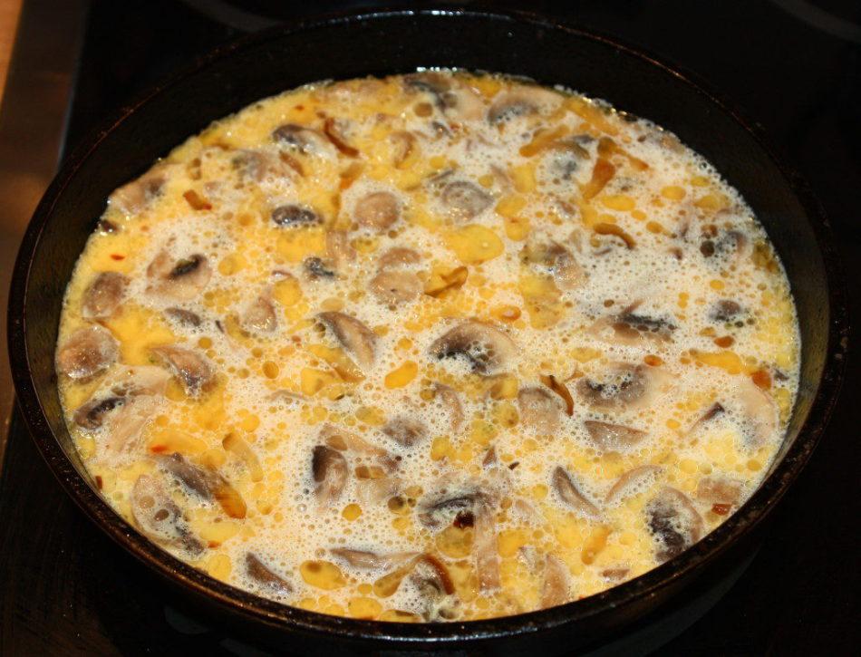 Картофель с яйцами и грибами