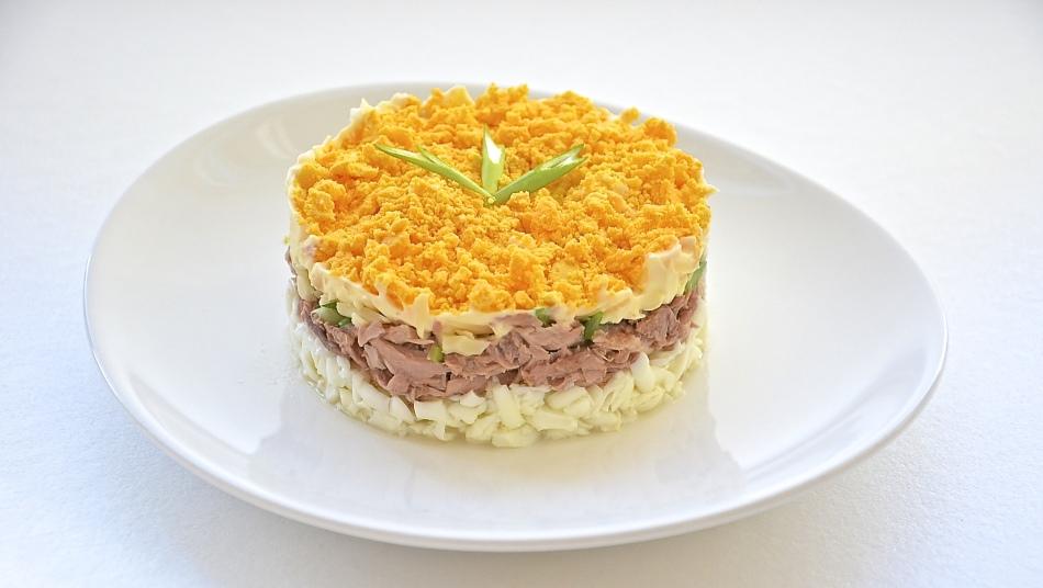 Салат «мимоза» с сардиной и плавленым сыром слоями