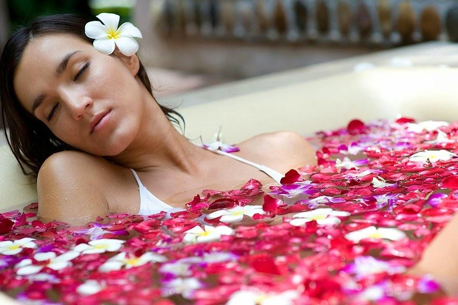 Девушка в ванной с лепестками цветов