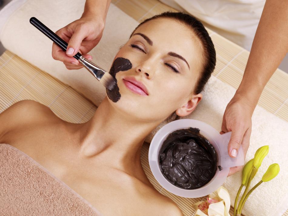 Маска с активированным углем и медом не только почистит, но восстановит кожу после зимней «тяжелой» косметики