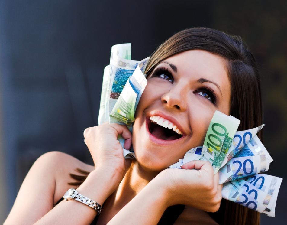 Девушка рада покупкам, сделанным по лунному календарю