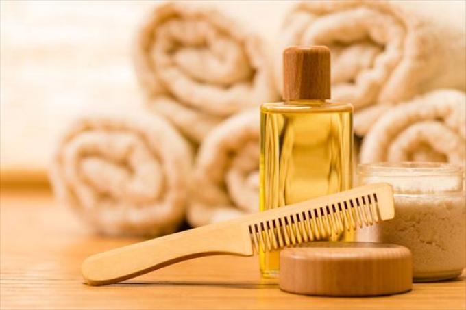 Сандаловое масло укрепляет волосы, стимулирует их рост.