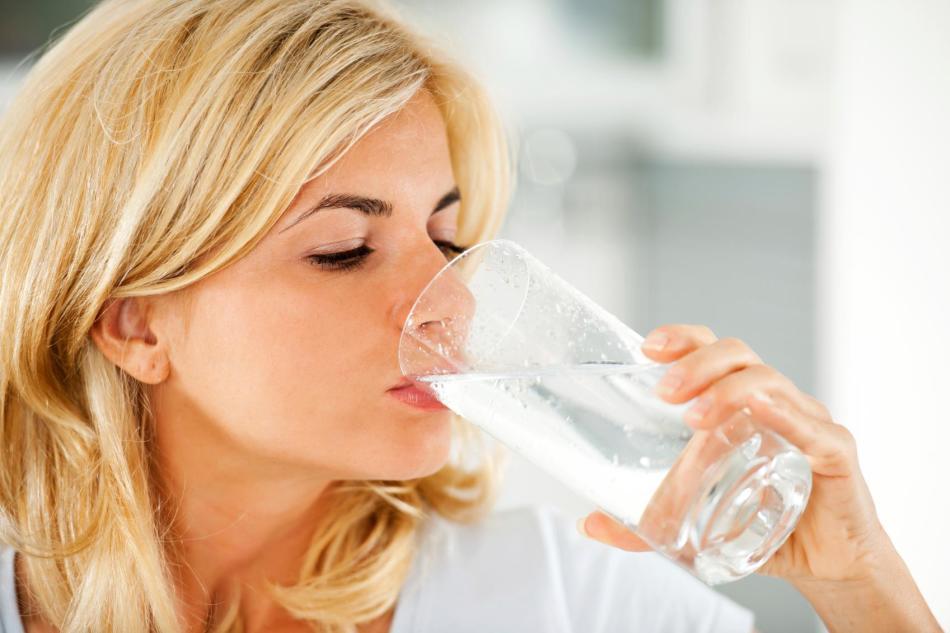 Питье кормящей женщины в первый месяц после родов должно быть строго ограниченным