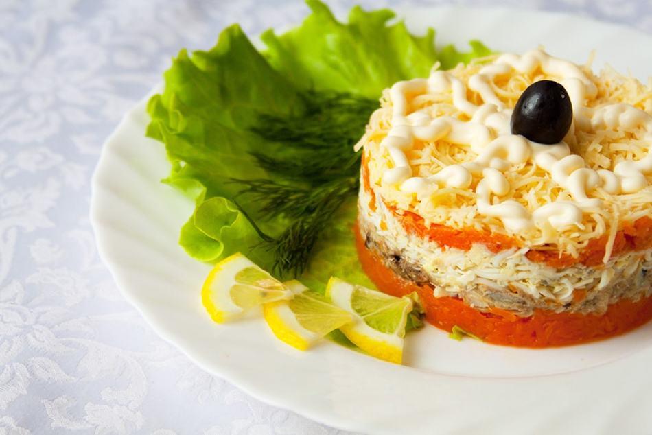 Салат «мимоза» с горбушей слоями