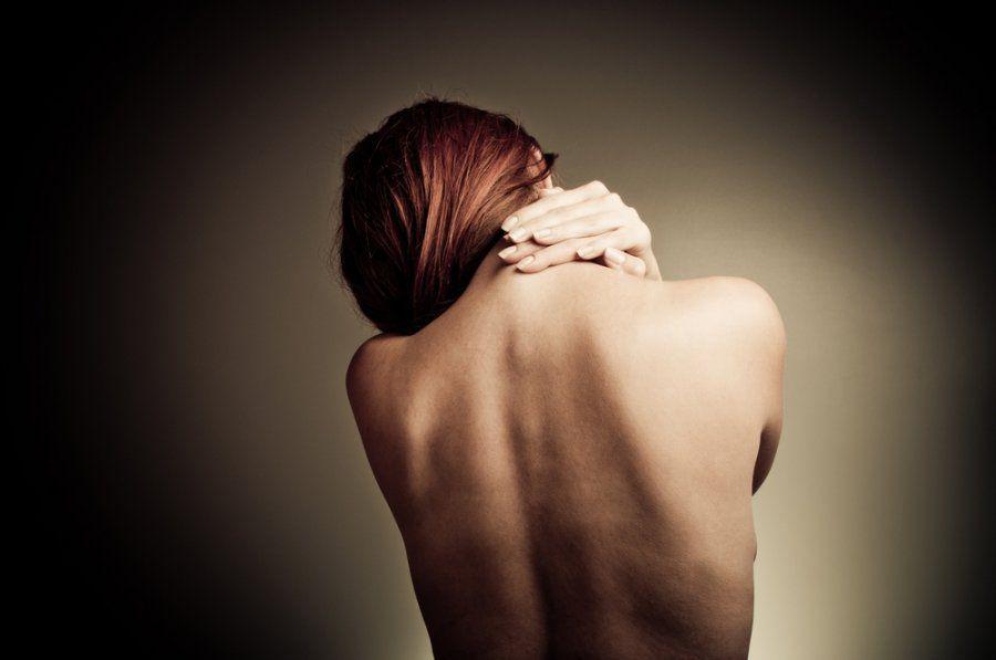 Причины появления подкожных прыщей на спине