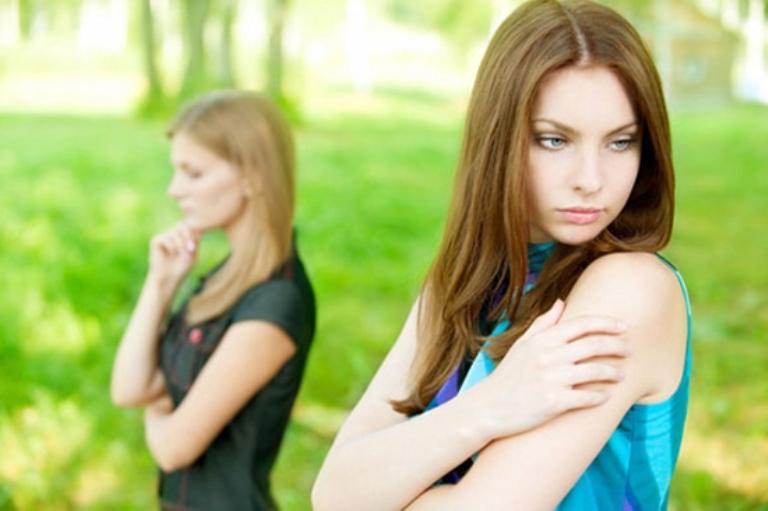 Если подруга вам дорога, постарайтесь поговорить с ней, донести до нее свою обиду и негодование. быть может, ситуация разрешиться без вмешательства магических сил.