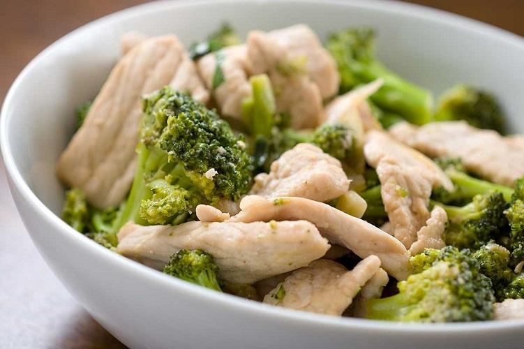 Предпочитайте отварное мясо, что гармонирует с овощным гарниром