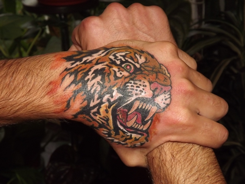 Татуировка на кисти в виде тигра
