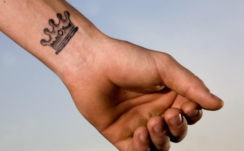 Татуировка в виде короны на запястье
