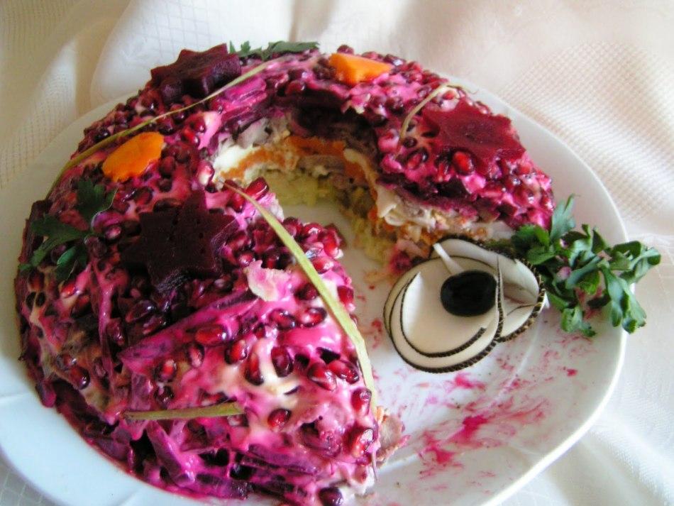 Салат с маринованным огурцом