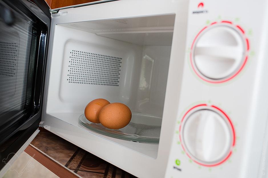 Как правильно сварить яйцо в микроволновой печи?