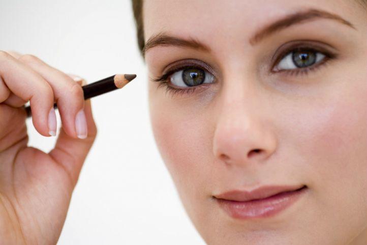 Взгляд открытый и приподнят брови - таким должен быть макияж глаз с нависшими веками