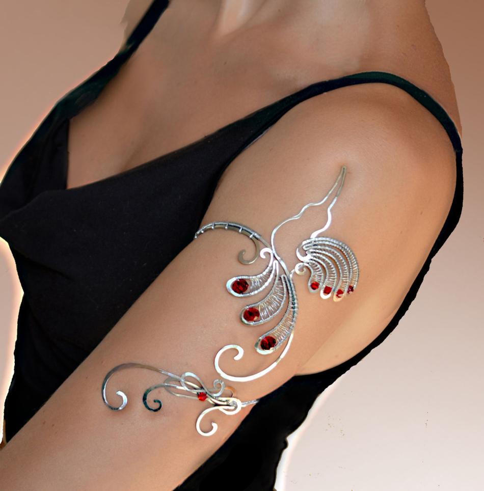 Такой браслет на плечо станет хорошим подарком для девушки на память