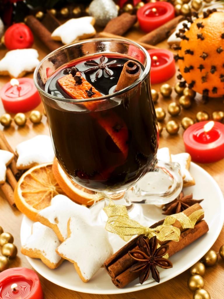Рождественский алкогольный глинтвейн отлично сочетается с имбирными пряниками