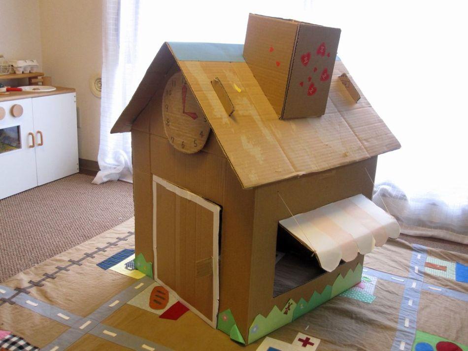 odnoyetazhnii-domik-dlya-kukol Домик и мебель для кукол своими руками из картона: схема, выкройка, фото. Как сделать кровать, диван, шкаф, стол, стулья, кресло, кухню, холодильник, плиту, коляску для кукол из картона своими руками