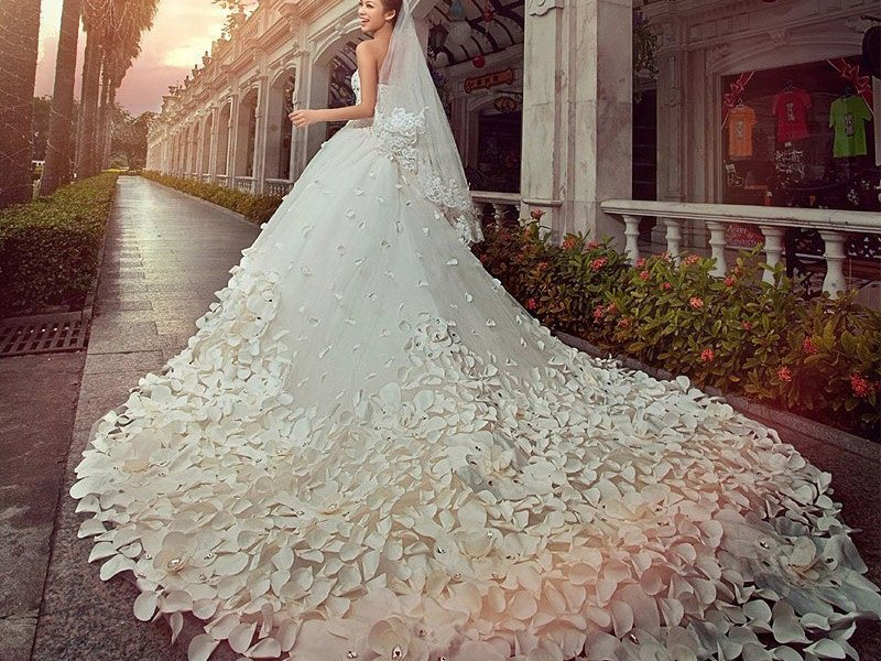Получить в подарок свадебное платье – к предложению руки и сердца. если во сне примерили подарок – берегитесь обмана.