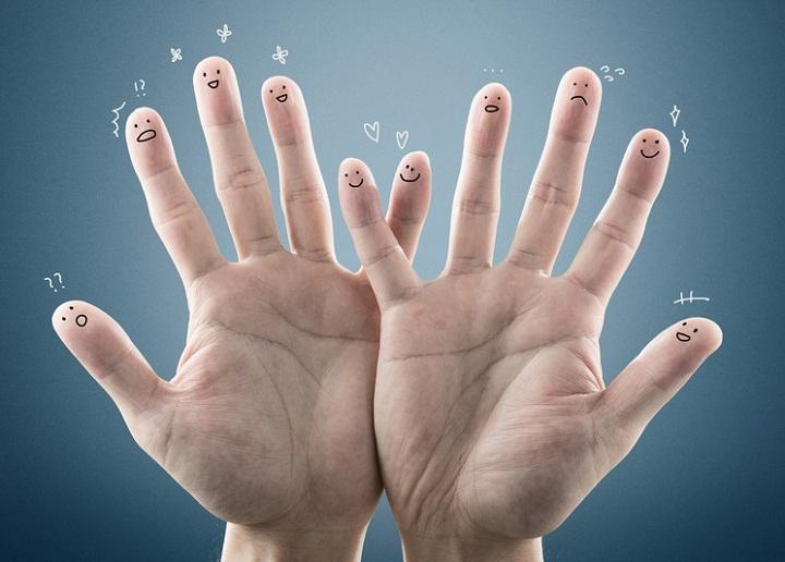 Средний палец чешется на правой руке