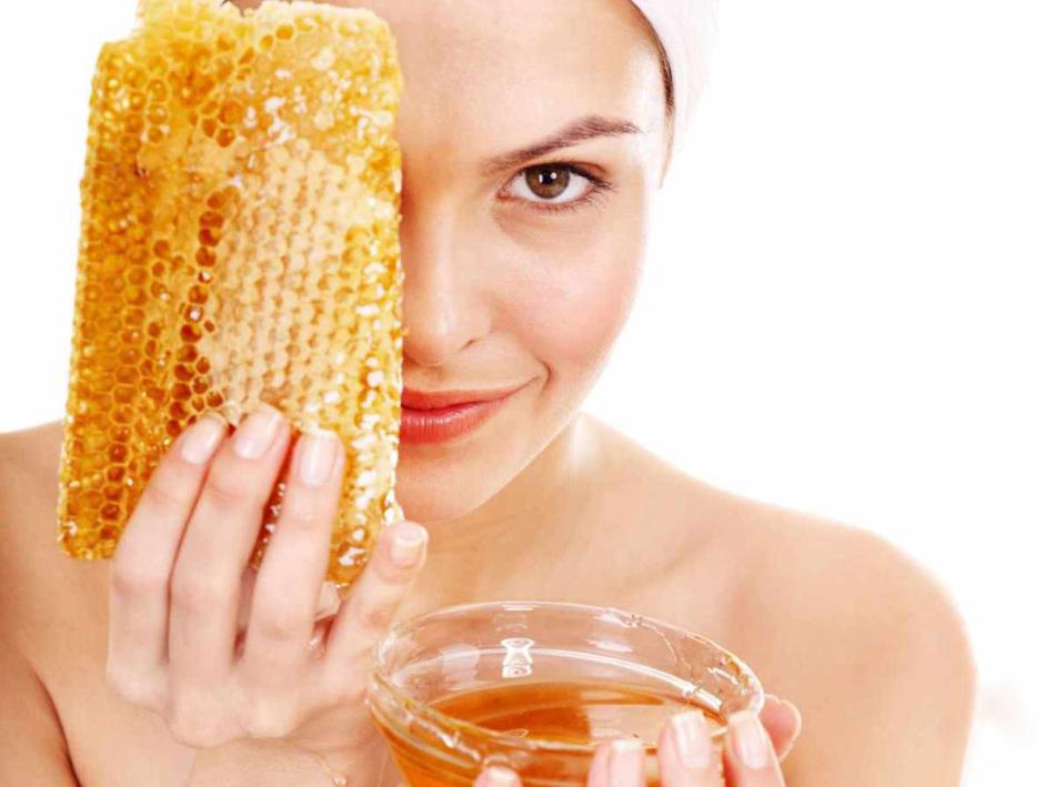 Мед - то, что нужно для одновременного расширения пор и смягчения кожи