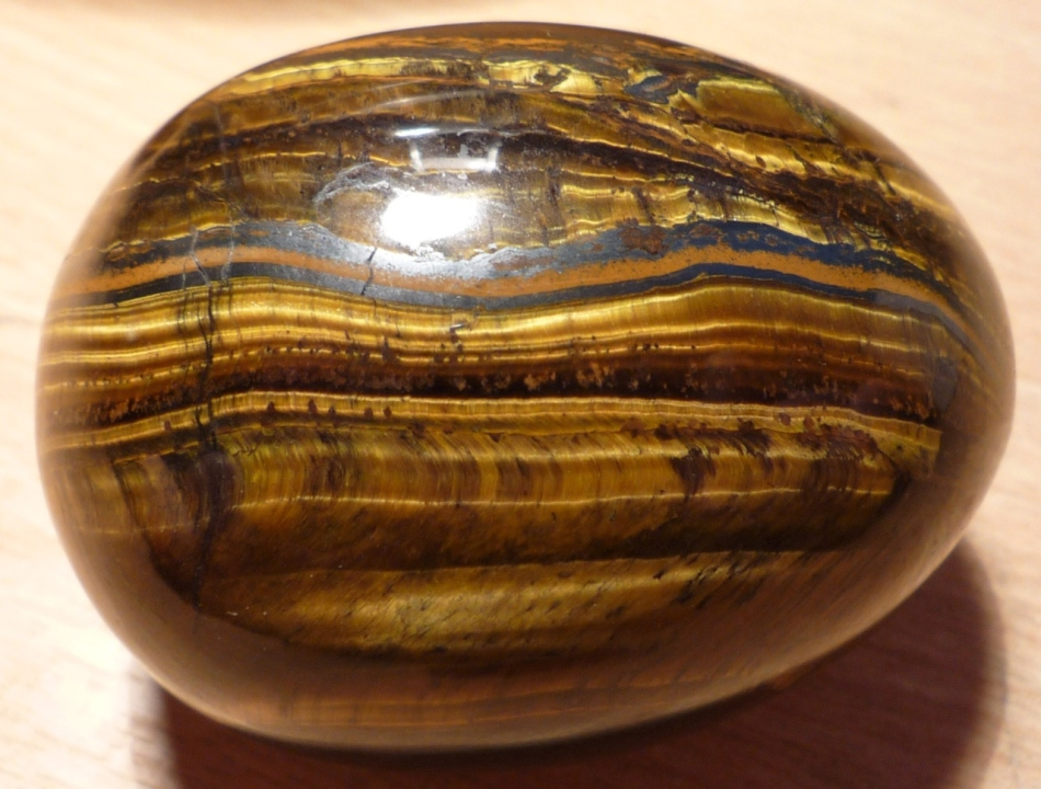 Тигровый глаз - камень, который подскажет владельцу, что рядом находится энергетический вампир