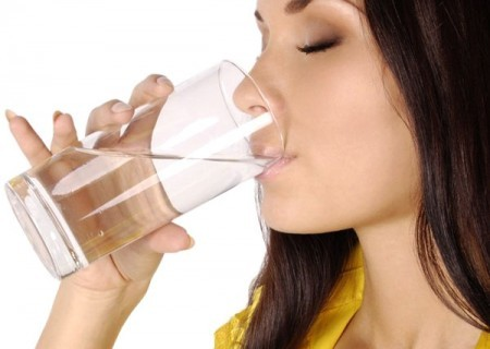 Беременная принимает раствор глюкозы для проведения глюкозотолерантного теста