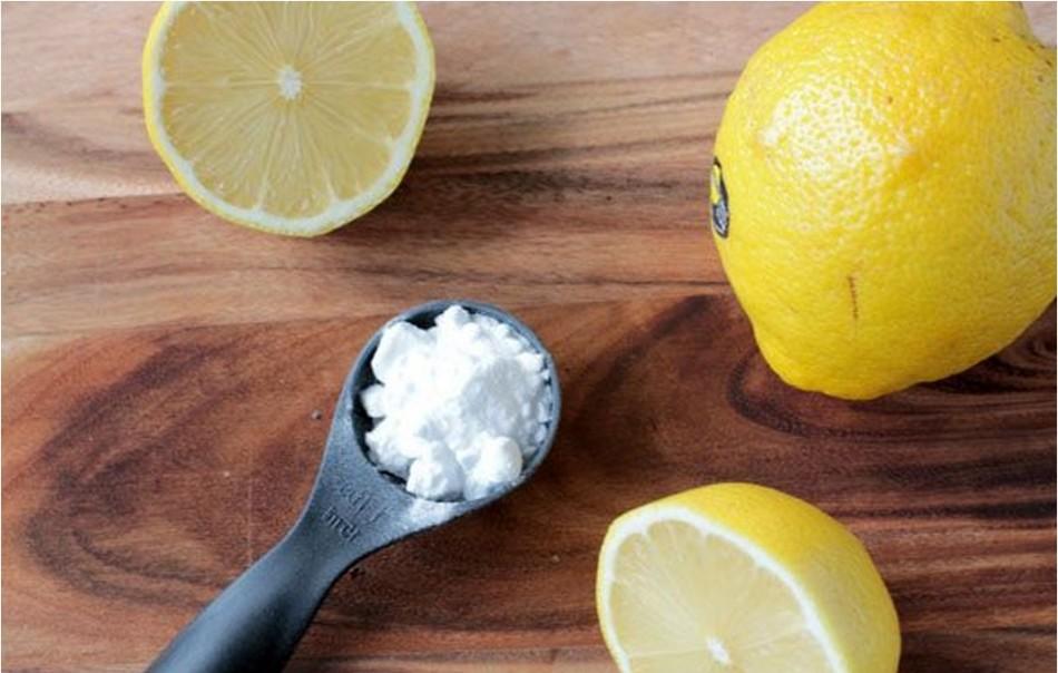 Паста из лимонного сока и соды подсушивает кожу и устраняет запах пота