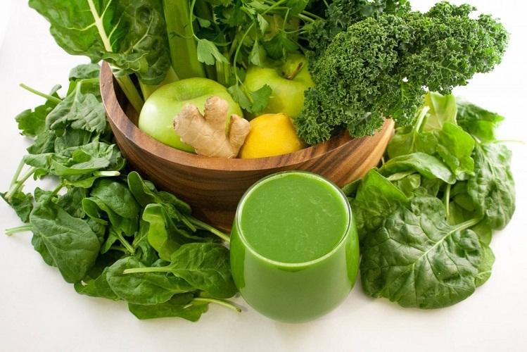 Зелень можно и нужно кормящей маме, но вот мятой и шалфеем не стоит увлекаться