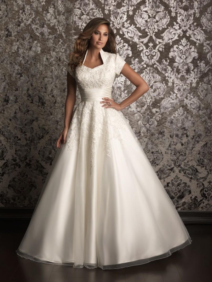 Закрытое платье для венчания с короткими рукавами